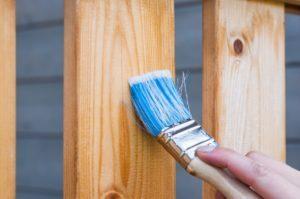 Holzfarbe streichen